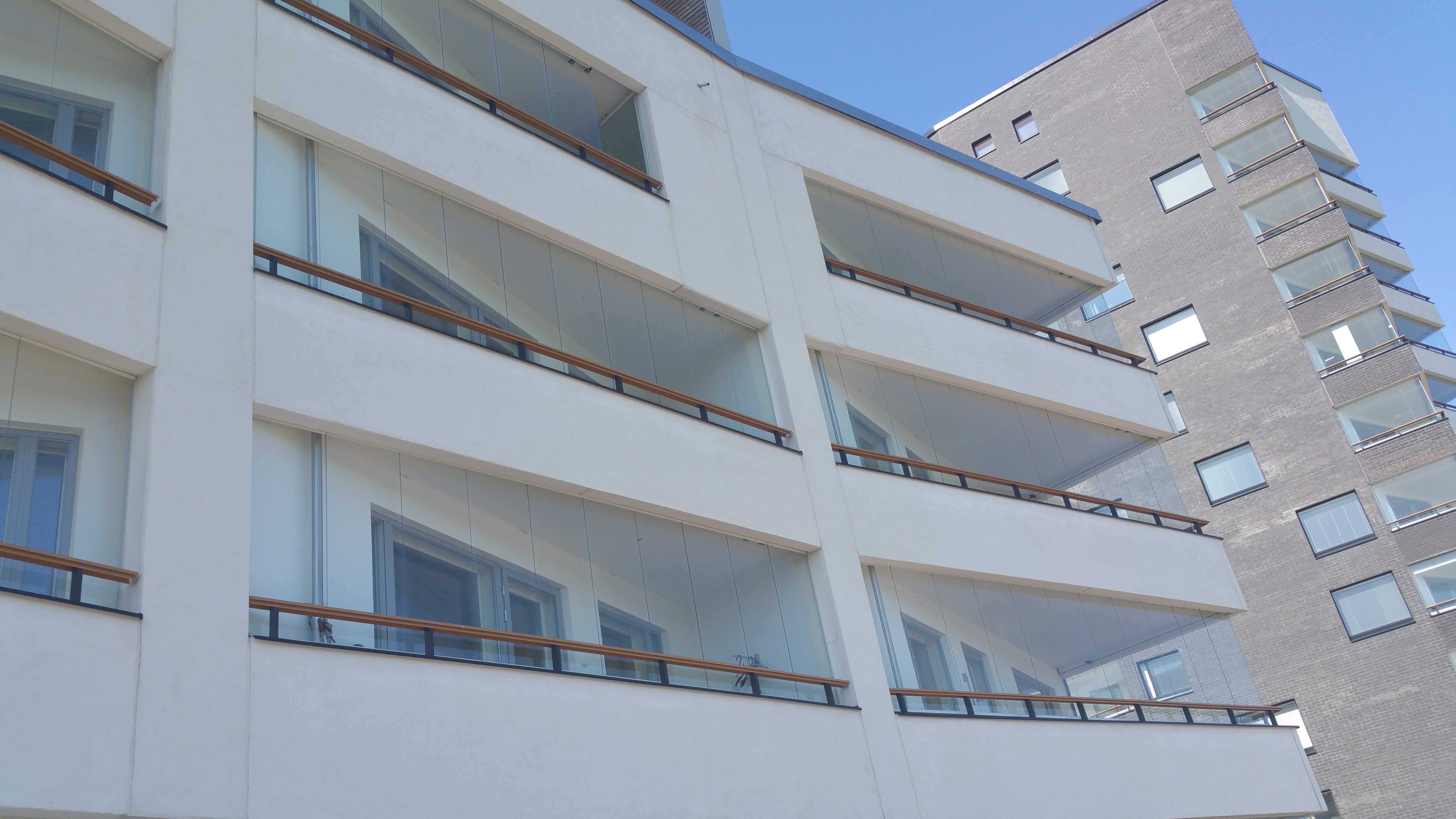 comment couvrir un balcon ouvert faites un toit en verre pour votre terrasse moderne. Black Bedroom Furniture Sets. Home Design Ideas